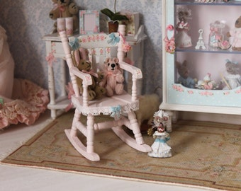 Rolling chair for dollhouses