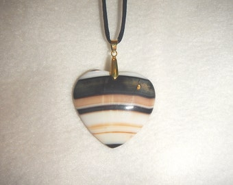 Heart-shaped Ivory/Tan/Black Striped Onyx Agate pendant (JO523)