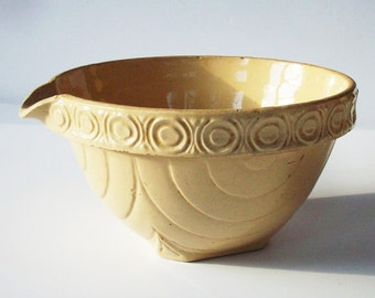 Vintage USA Pottery Yelloware Bowl with Spout / Good Condition / Kitchen Essentials