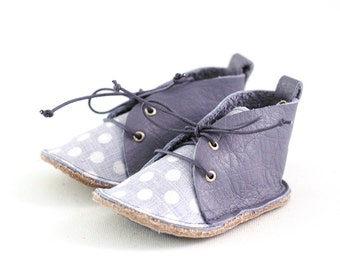 Baby shoes in lavender leather