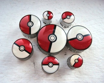 Gotta catch em all! Pairs of Pokeball plugs in sizes 8-25mm. Pokemon, cute, japanese, manga, anime cartoon inspired tunnel plugs!
