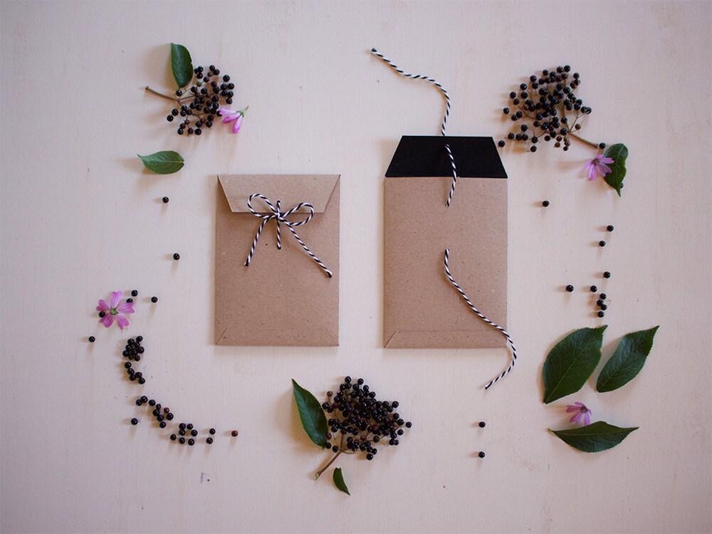 Buste per inviti di matrimonio in cartoncino riciclato kraft for Inviti per matrimonio