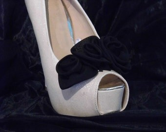Beautiful Deeree Black Three Flower Shoe Clips