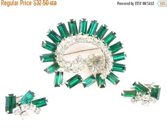ON SALE Vintage emerald green and clear rhinestone brooch and earring set AD59