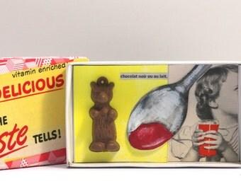 Art box:Shadow box,petit diorama assemblage pièce unique réalisé dans une boîte d'allumette.petit ourson en chocolat.