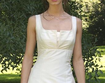schlichtes Brautkleid mit Falte am Ausschnitt