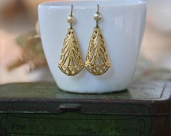 Teardrop earrings /pearl dangle earrings /filigree earrings. Tiedupmemories