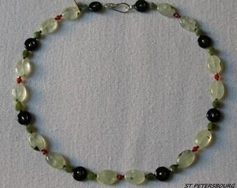 SAINT PETERSBOURG. Collier en pierres naturelles ( agate, perle d'eau douce, hématite, jade, préhnite, cornaline)