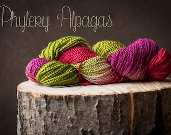fil à tricot alpaga et bambou, teint à la main, fushia, vert lime, framboise. Hand dyed yarn, fushia, rasberry, keylime