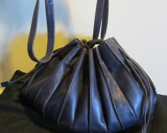 Splendid purple leather Lupo shoulder bag; Barcelona, Model Abanico, complete with coin purse and cards purse; with dustbag. VG condition!!