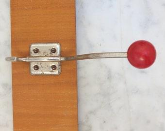 Vintage Hakenleiste 1950er rot Holz Metall ** Kleiderhaken