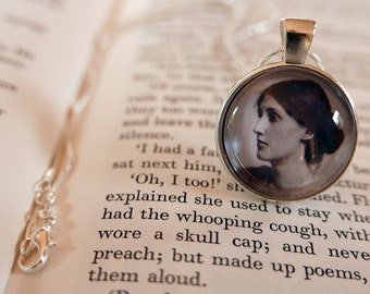 Virginia Woolf Pendant Necklace - Literary Jewelry, Gift For Reader, Virginia Woolf Jewellery, Bibliophile, Book Lover, Classic style