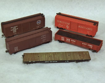 LOT F: 5 VINTAGE HO Scale Train/ Freight Cars, Box Car, Coal Car, Flatbeds