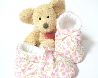 Baby girl slippers made of white cotton fabric with pink flowers, size 3 to 6 months