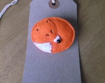 Felt sleeping fox brooch