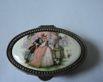Vintage collectable porcelaine and metal pill box (02519)