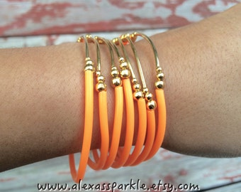 Neon Orange soft Rubber Bracelet Set with gold plated charms- Semanario pulseras de goma color naranja neon con dijes chapa de oro