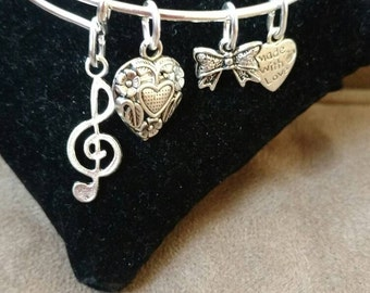 Expandable Silver Colored Wire Bangle Charm Bracelet MUSIC NOTE