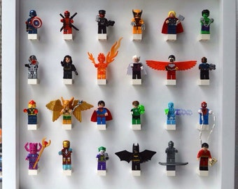 medium play n display board with 24 minifigures