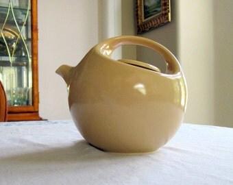 Teapot Designed by Robert Steven Witkoff / Mid Century Modern / 8 Cup Ceramic Tea Pot / Sleek & Beautiful / Creamy Yellow/Beige / Modernist
