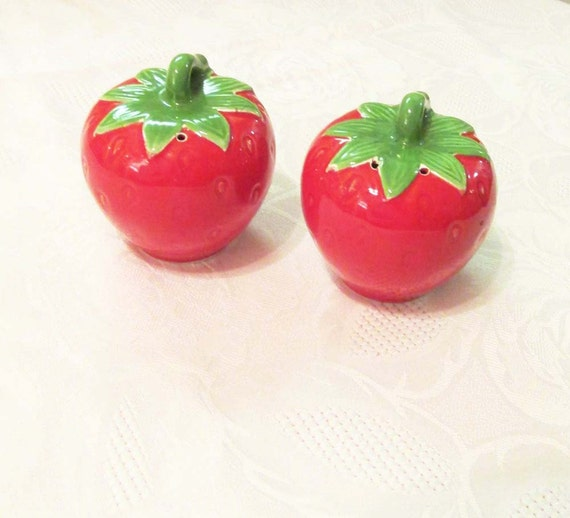Strawberry salt pepper shakers vintage kitchen - Strawberry themed kitchen decor ...