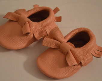 Baby pink baby mocassins with bow