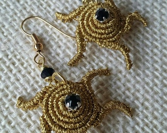 Handmade earrings in gold-coloured Sun-shaped macrame