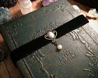 Black choker // black gothic choker necklace // gothic necklace // pearl choker // velvet choker // pearl necklace
