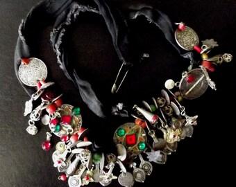 Maroc - Ancienne parure de tête frontale berbère avec pendeloques argent émaillés et verroteries