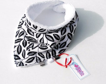 Bandana bib white with black leaves