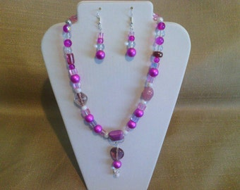 257 Abstract Design Fuchsia Colored Miracle Glass Beaded Choker