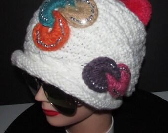 Joli bonnet de laine tricotée avec décorations et pierres/Nice knitted wool  bonnet with fancy trim and rhinestones