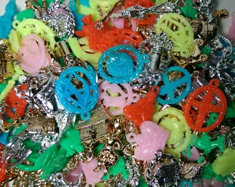25 x Vintage Plastic  Penny Gumball Charms