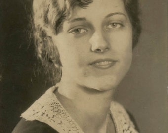 vintage photo Pretty Young Lady with a Curl in middle of her Forehead Flapper era beauty