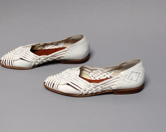 size 8 HUARACHE white leather 70s 80s 90s WOVEN slip on BOHEMIAN sandals