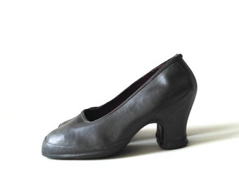 Granny vintage 40s black rubber over shoes, rain  booties- galoshes with a chunky heel. Made in USA. Size 6 1/2