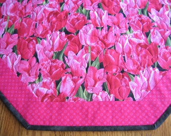 "Quilted Octagon Mat in a Pink Tulip Pattern - 22"" diameter"