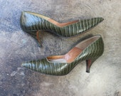 8 N / 1950's Green Stilettos / Embossed Leather Pointy Toe Pumps / Vintage Women's Shoes