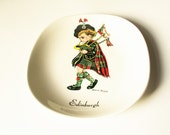 Scottish ring tray: Really cute, 1960s fine Brownie Downing Pottery porcelain ring tray or trinket tray screen-printed with bagpipe player