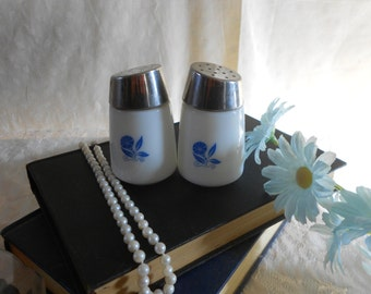 Pyrex corn flower Like Blue and white Salt and Pepper Shakers