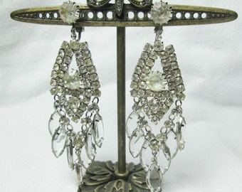 lovely PRONG set round oval CRYSTAL rhinestone silvertone unsigned chandelier EARRINGS