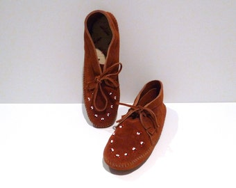 Minnetonka Beaded Moccasins Vintage Rust Brown Suede Beaded Ankle Booties Size 10 Shoes Native American 80s 1990s Hippie Tribal V Shape
