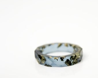 midnight size 6.5 round faceted eco resin cocktail ring featuring gold leaf flakes