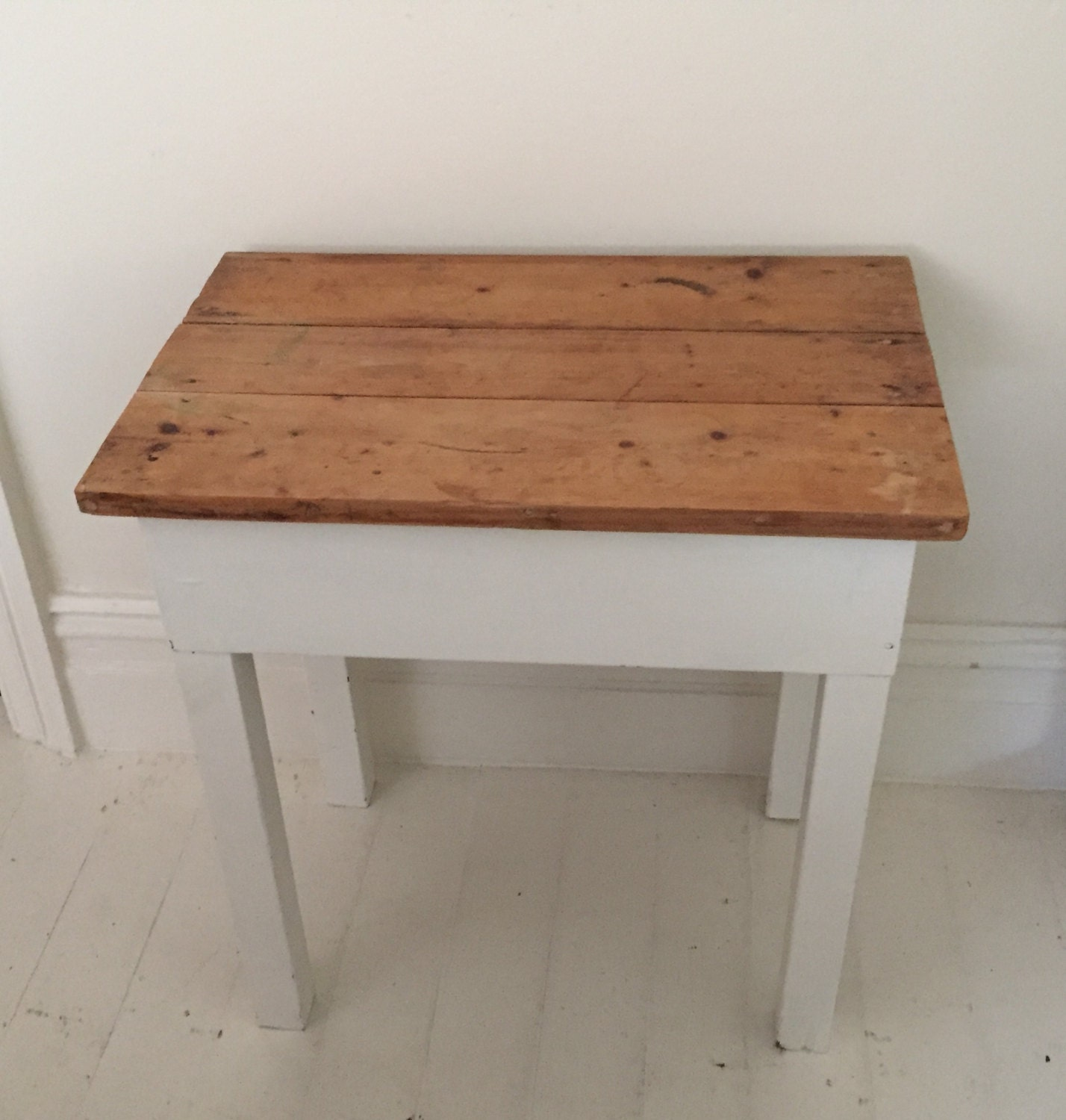 Vintage wooden small table my vintage home vintage for Petite table decorative