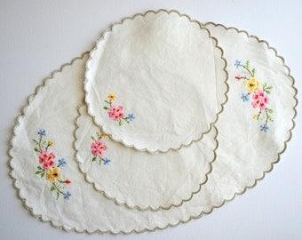 Vintage Ecru Floral Embroidered Table Mat Set