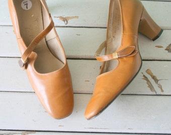 1960s MAD MEN Life Stride Heels..size 7 womens...pumps. shoes. camel brown. glam. fancy. retro. mod. brown heels. elegant. lady. mid century
