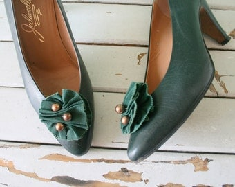 Vintage LEATHER Bow Vogue Heels...size 7 womens...mad men. pumps. shoes. hollywood. glam. green heels. mod. 1980s heels. designer. italy