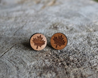 mignonnes puces en bois feuille d'érable // cute studs earrings maple leaf (BO-1084)