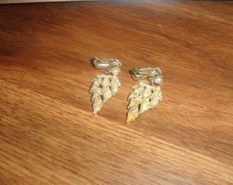 vintage clip on earrings goldtone leaves dangles faux pearls