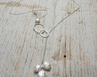 sterling silver chain lariat with white coin pearl cluster & intertwined hammered sterling silver ovals, infinity necklace, ildiko jewelry